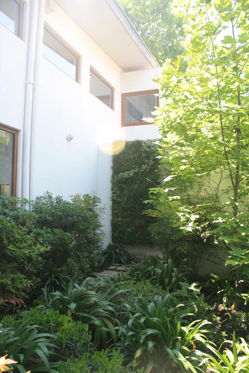 Jard n en patio interior jardines verticales for Jardines verticales interior